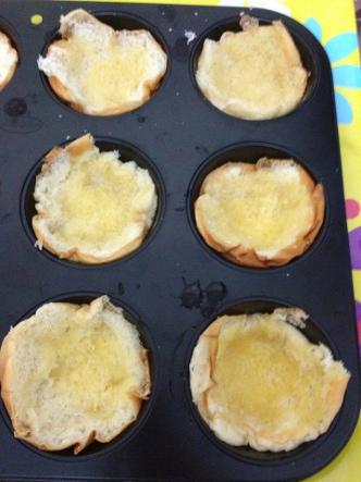 Assadeira untada com manteiga e os pães devidamente acomodados