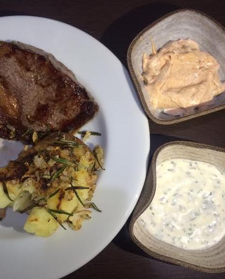 bife ancho com batata e molhos com maionese