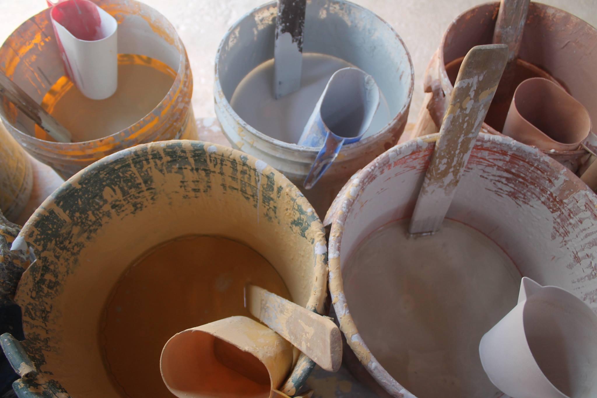 Esmaltes de cerâmica na Oficina da Cerâmica em Cunha - SP